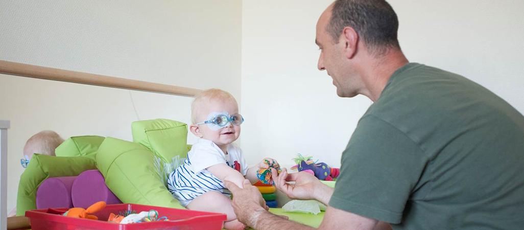 Un kinésithérapeute s'occupe d'un enfant au Centre d'action médico-sociale précoce