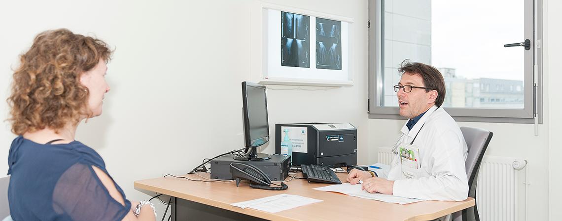 Consultation du professeur en rhumatologie Thierry Lequerre.