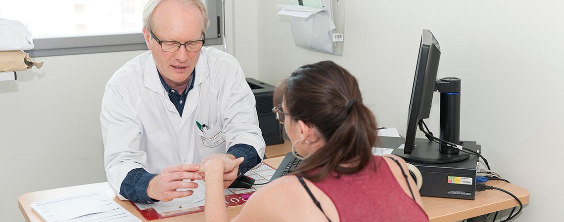 Consultation du Professeur en rhumatologie Olivier Vittecoq.