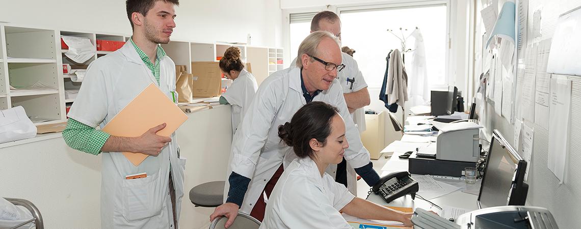 Salle des internes avec le Pr Vittecoq en neurologie, rhumatologie et douleur.