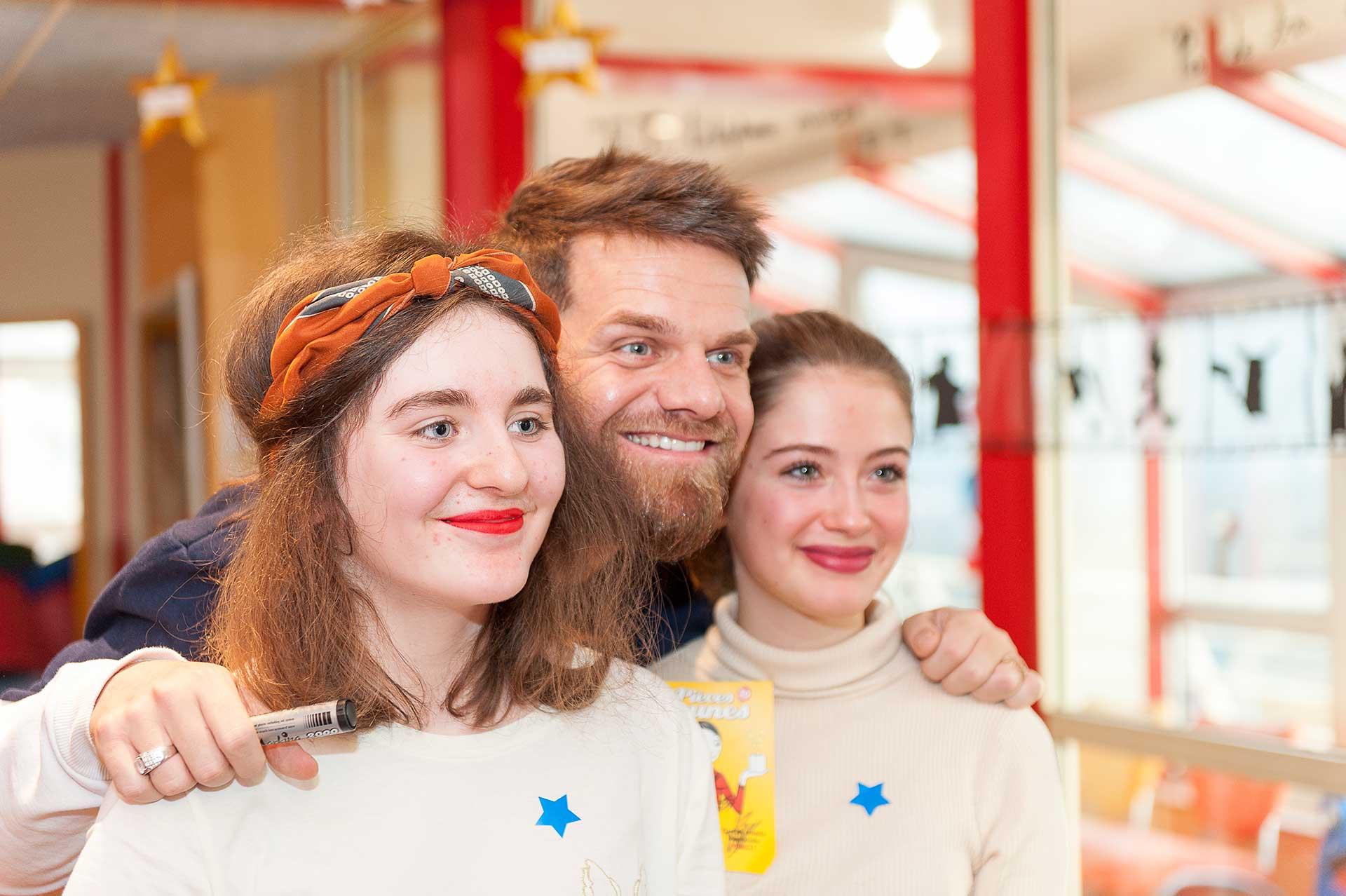 Keen'V pose avec deux patientes à l'occasion de l'inauguration de l'hôpital de jour de médecine de l'adolescent