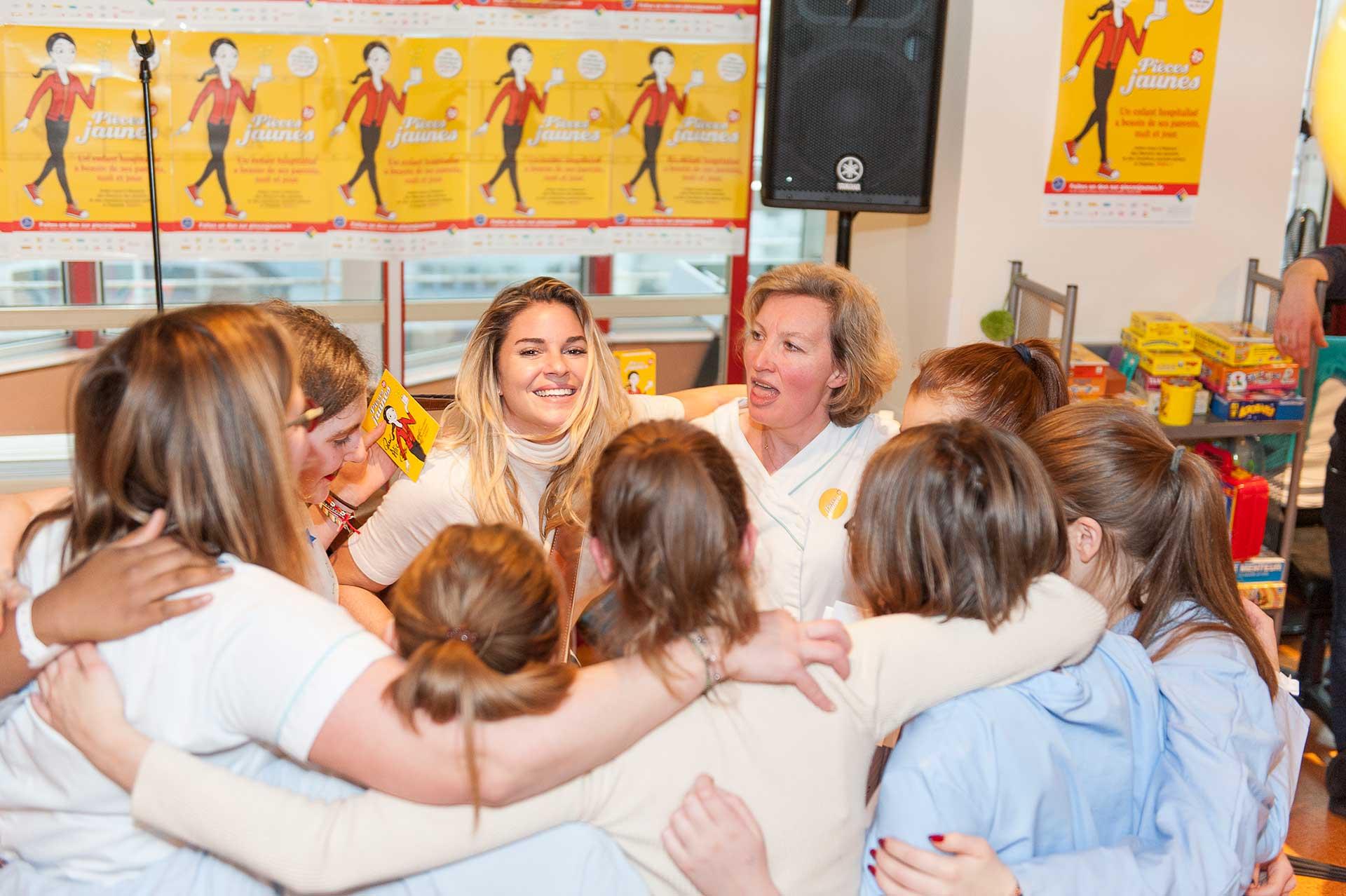 Sophie tapie est en train de danser avec des patients et des soignants à l'occasion de l'inauguration de l'hôpital de jour de médecine de l'adolescent