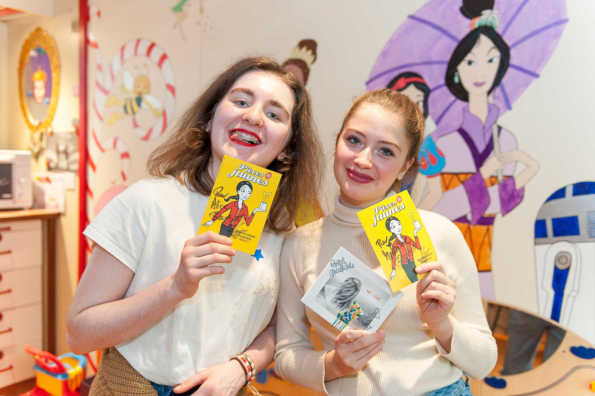 Deux patientes ont obtenu des autographes de Keen'V et Sophie Tapie à l'occasion de l'inauguration de l'hôpital de jour de médecine de l'adolescent