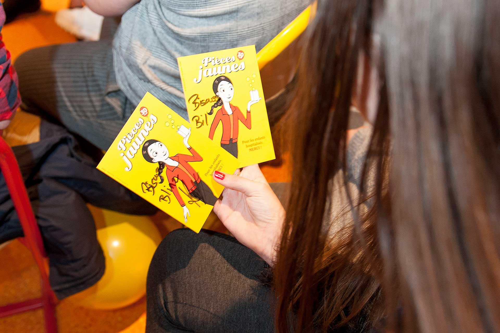 Une patiente montre les autographes de Keen'V et Sophie Tapie à l'occasion de l'inauguration de l'hôpital de jour de médecine de l'adolescent