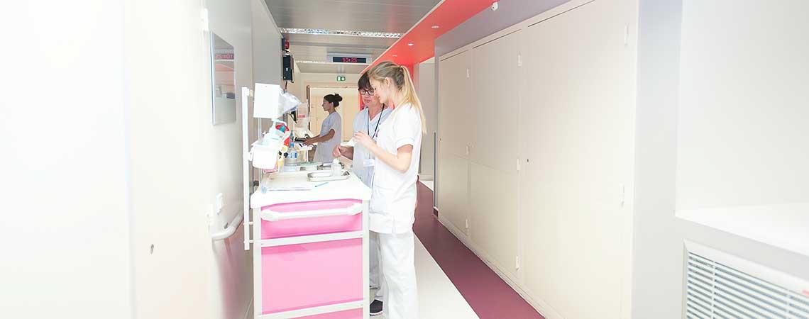 Soignantes avec un chariot dans le couloir de rhumatologie