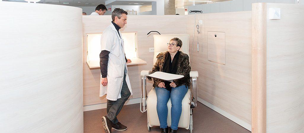 Le Pr Di Fiore discute avec une patiente dans l'un des cocons de l'hôpital de jour uro-digestif et oncologie.