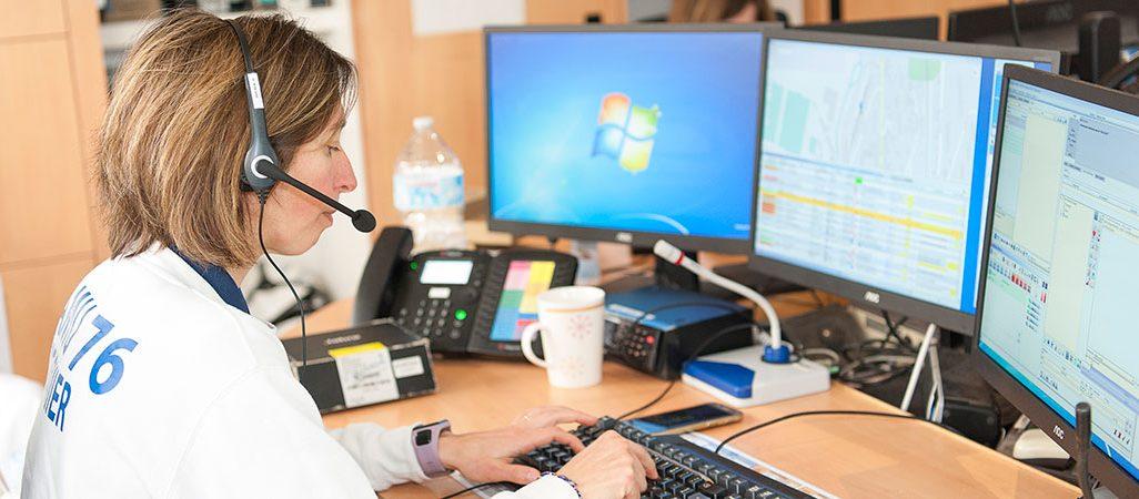 Photo du centre de régulation - centre 15 - Une infirmière répond au téléphone