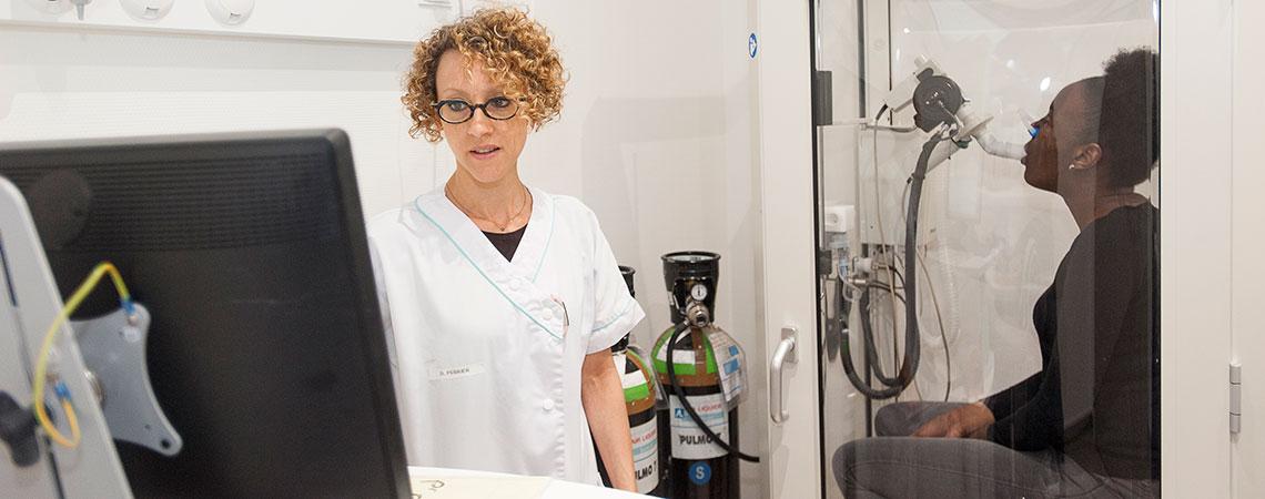 Examen respiratoire en consultation de pneumologie à la policlinique de Bois-Guillaume