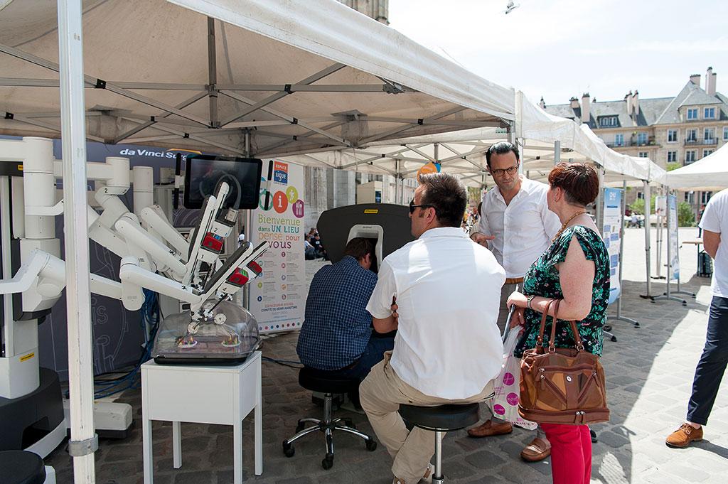 Démonstration du robot chirurgical à l'occasion du Prostate tour en juin 2019 sur le parvis de la Cathédrale de Rouen