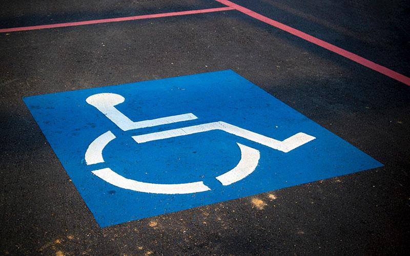 Une place de parking pour handicapé