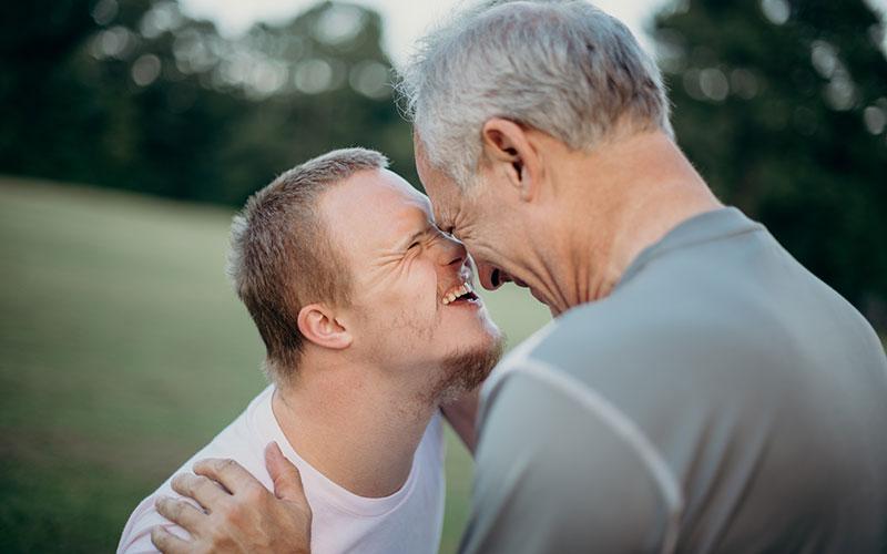 Un moment de complicité entre un père et son fils handicapé.