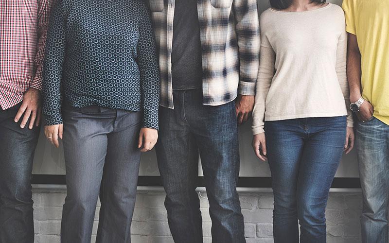 Un groupe de personnes sont alignées sans que l'on puisse voir leur visage.