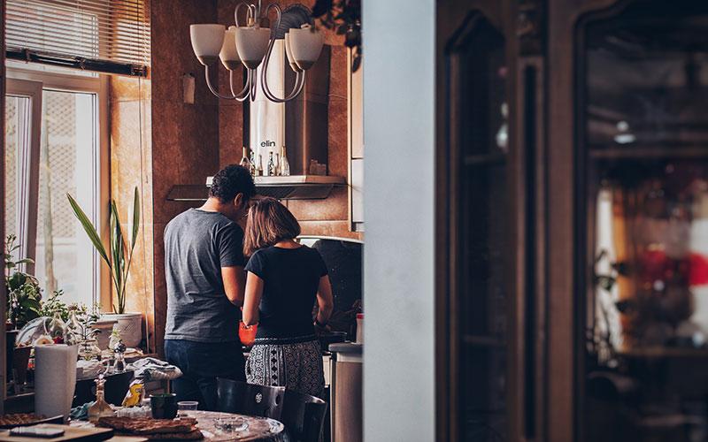 Un couple se trouve dans leur cuisine