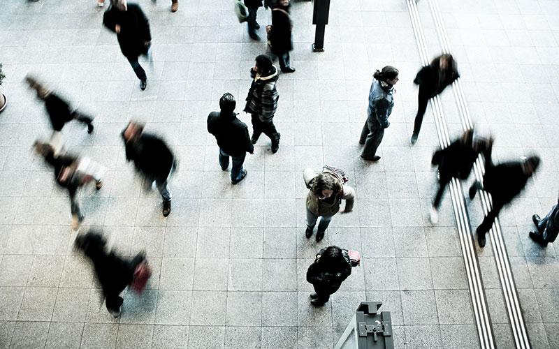 Vue en hauteur de personnes en train de marcher dans la rue