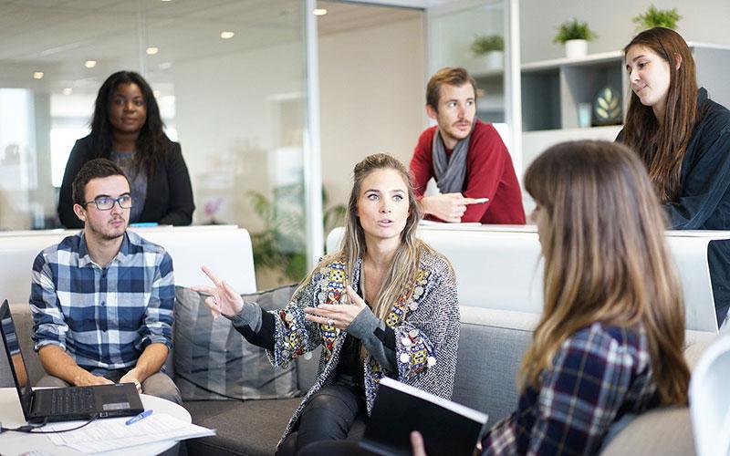 Un groupe de personnes se trouve dans une salle de réunion.