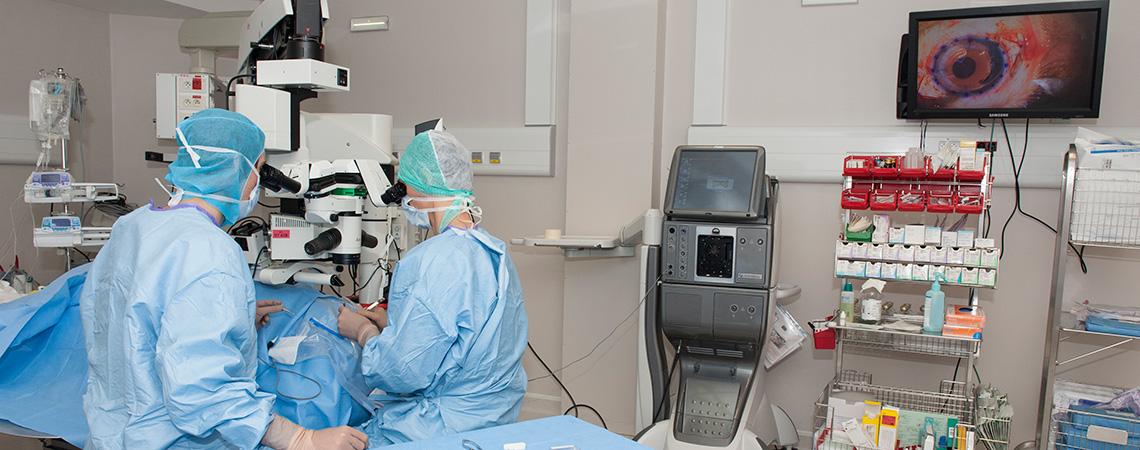 Vue d'ensemble du bloc opératoire lors d'une greffe de cornée.