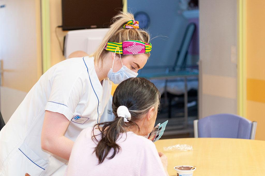 Une soignante s'occupe d'une résidente dans le réfectoire de l'USLD Fleury à l'hôpital Saint-Julien.