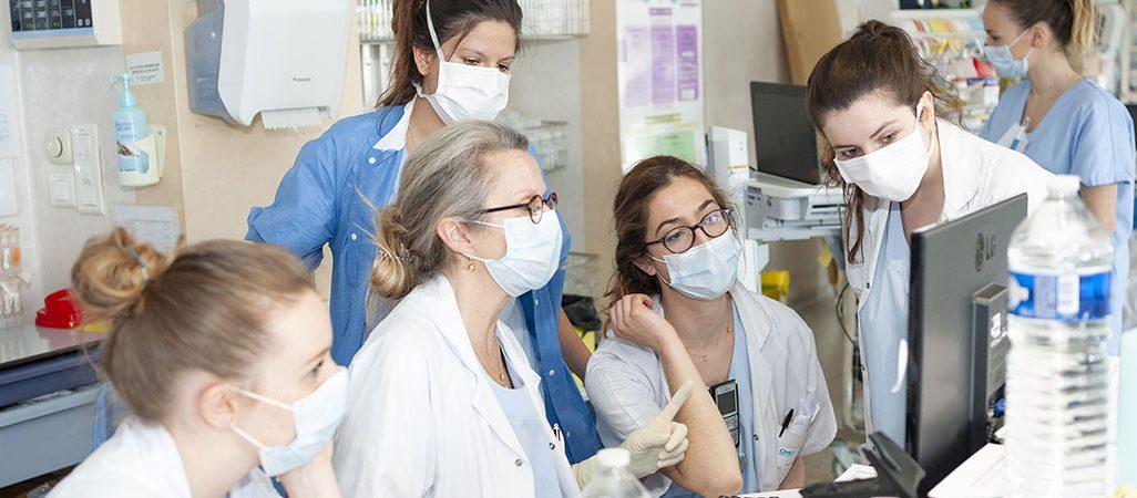 groupe d'internes avec medecin en réanimation médicale pendant la Covid