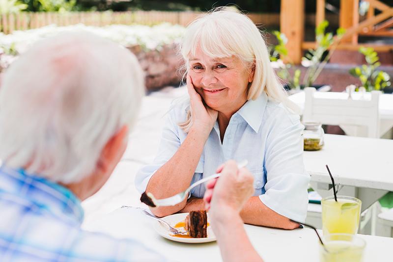 Un couple de personnes âgées sont en train de partager un repas