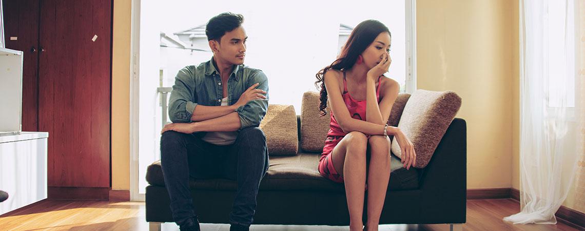 un couple, un homme et une femme sur un canapé