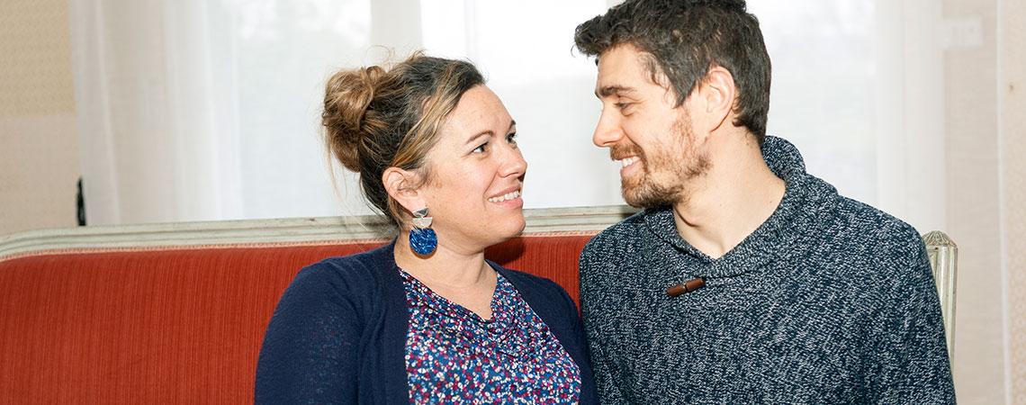 un-couple-un-homme-et-une-femme-à-domicile-assis-sur-un-canapé